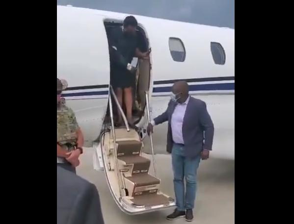 海地总统遗孀回国参加丈夫葬礼吊绷带穿防弹衣大批保镖随行
