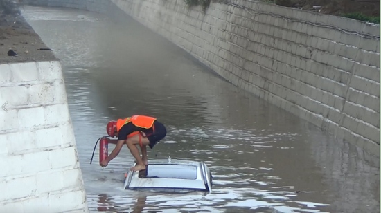 河北暴雨石家庄有人被困桥底保定龙卷风致2人遇难邢台部分道路漫水落石塌方……